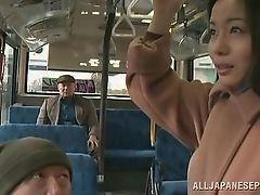 Японская шлюха дрочится пальцами на автобусе