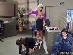 Bridgette трахает дилдо в офисе