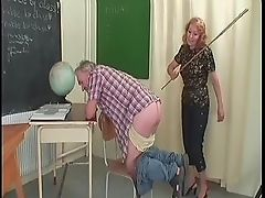 Злая училка шлепает задницу дедушки