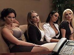 Четыре красотки, обольщающие их босса за большее количество денег