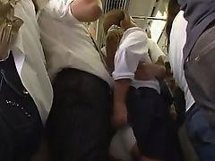 Японская милашка, возбужденная в метро