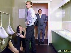 Брюнетка сосет хуй в мужском туалете