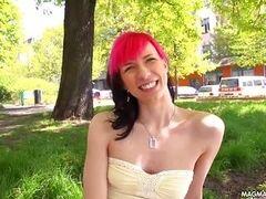 Милая худая немецкая девушка панк с маленькими сиськами снимается на улице